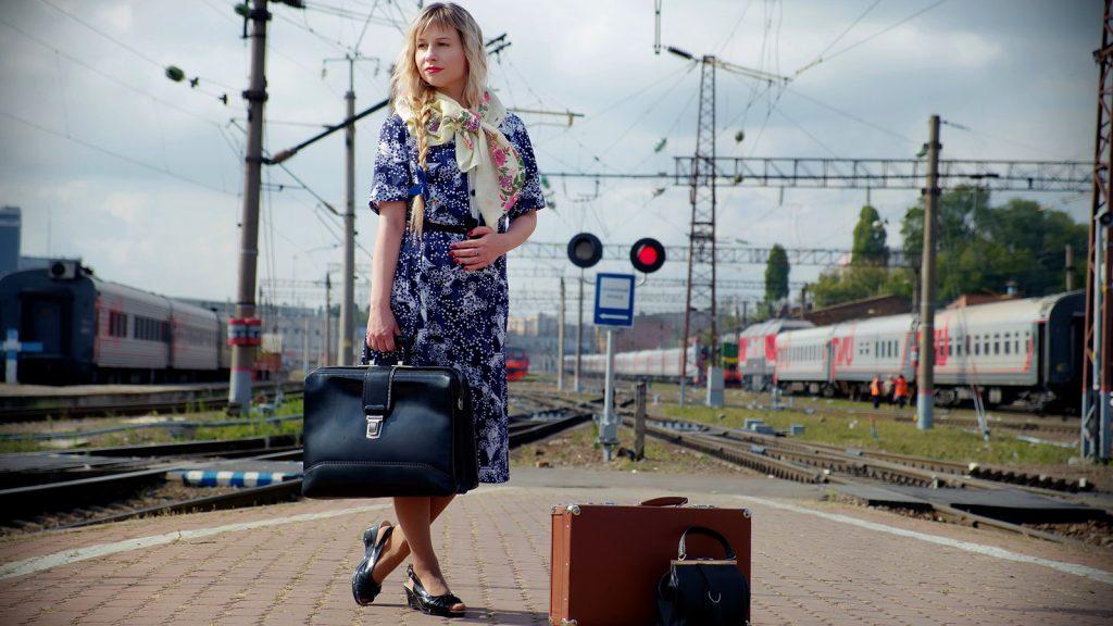 Pratique-venir-train-vendee-femme-valise-gare