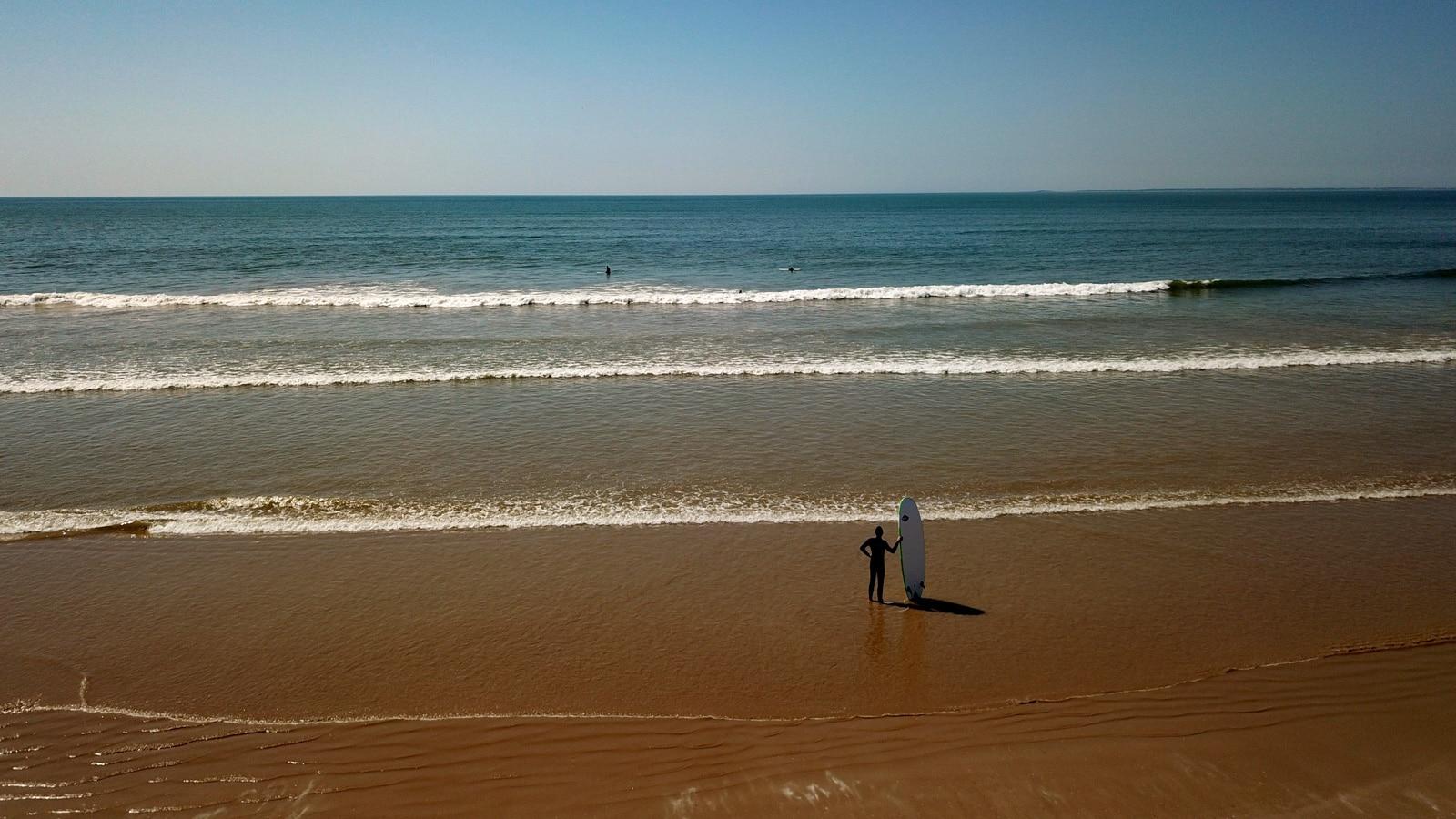 surfeur-plage-estacade-vendee-saintjeandemonts